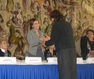 יושבת ראש הכנסת מעניקה את הפרס למרכז מידע לבריאות האשה - שושנה גולדפינגר